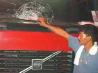 แก๊งปาหินอาละวาด วัยรุ่นปาหินใส่รถ 5 คันรวด ที่กำแพงเพชร